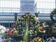 De werklieden werken eromheen: het monument van dodenherdenking. Blog van Leefgetijden.