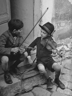 I wonder if these kids are still around in 2014 and do they still play. Gypsy Children Playing Violin in Street from LIFE magazine. Gypsy children playing violin in street. Location: Budapest, Hungary Date Photographer: William Vandivert Link: LIFE Vintage Pictures, Old Pictures, Old Photos, Music Pictures, Robert Frank, Gypsy Life, Vintage Photographs, Vintage Children, Black And White Photography