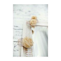 Dá pra acreditar que isto é uma rosa natural? As rosas passam por um processo super cuidadoso e ficam assim, lindas. E dá pra acreditar que elas têm luzinhas dentro? Na próxima foto você como elas ficam acesas e na nossa loja virtual você pode comprar uma pra chamar de sua. www.lojasantacomposicao.com.br #decoração #presentes #sorrisos #fiodeluz #rosas #flores #flowers #scandinavian #scandinaviandecor #quartodecriança #kidsroom #quartodebebê #nursery #nurserydecor 📷 @melinwonderland