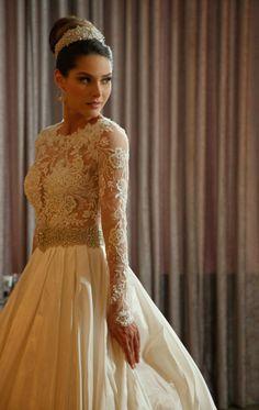 Madrinhas de casamento: Penteados com acessórios para madrinhas e noivas Long Sleeve Wedding, Wedding Bells, Wedding Wishes, Lace Body, Vintage Gowns, Vintage Lace, Dream Wedding Dresses, Wedding Gowns, Lace Wedding