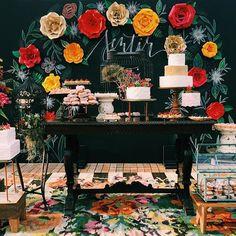 Já está suuuuper tarde mas antes de dormirmos, precisamos mostrar por completo a mesa de boas-vindas do nosso Workshop Sentir que está acontecendo aqui no @hotelvilladangelo ♥️ Decor dos sonhos e super inspiradora da @violetadecoracoes (e flores também), peças decorativas bem diferentes e exclusivas da @ellaarts, backdrop perfeito da @agatharolim, 5 bolos e todos os doces (+ donuts) da @soulsweetsp (sério, são deliciosos!!!!), tapete floral @bykamy e mobiliário @roupadefestamobiliario ♥️É…