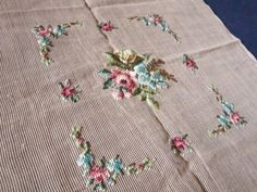 Очень красивая вышивка крестиком по плотной, толстой канве. Канва китайская, 1952 г. Размер ткани 56,5 х 55,5 см, вышивки - 29 х 27 см.