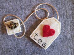 Bookmark felt tea bag with red heart and bronze teapot pendant-Gift for readers Tea Bag Bookmark - Segnalibro Bustina da Tè in feltro con Cuore di TinyFeltHeart Felt Diy, Felt Crafts, Fabric Crafts, Sewing Crafts, Sewing Projects, Paper Crafts, Diy Crafts, Diy Bookmarks, Crochet Bookmarks
