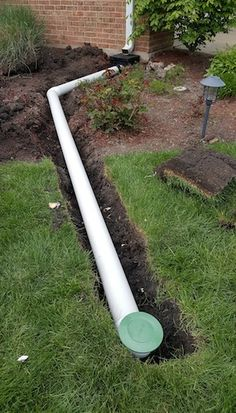 A pop-up drain emitter is part of a system that more efficiently carries water away from a house's foundation than a standard downspout. house landscaping, The Pop-Up Drain Emitter and Its Importance - Bob Vila Gutter Drainage, Backyard Drainage, Landscape Drainage, Rainwater Drainage, Gutter Downspout Extension, Yard Drainage System, Diy Backyard Fence, Backyard Ponds, Landscape Edging