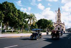 Viaje a Iquitos, la ciudad más grande del Perú  Muchos afirman que Iquitos, la capital más grande de la amazonía peruana en el departamento de Loreto, es la ciudad de la alegría y esto podría deberse a su gente agradable, su biodiversidad, tanta fruta deliciosa y la felicidad de vivir rodeado de bosques.