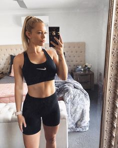 "Zoe-Lee Wood ✨ on Instagram: ""Making home workouts a regular thing 💪🏼✨ #quarentineworkouts"" Zoe Lee, At Home Workouts, Bra, Wood, Instagram, Fashion, Home Fitness, Madeira, Moda"