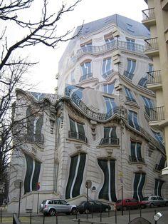 Paris. Avenue George V  \\ Le classique immeuble parisien du 39 de l'avenue George V semble se cabrer sous l'effet d'une intense chaleur. Les fenêtres et les balcons coulent et s'affaissent. La symétrie haussmannienne s'effondre, les lignes de fuite se multiplient, il ne reste pas un seul angle droit.