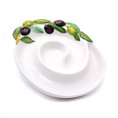 OLIVA  U většina výrobků převažuje bílá barva porcelánu, která je doplněna barevnými motivy odrážejícími názvy jednotlivých designových řad. Takovým příkladem je třeba talíř na předkrmy Porta Oliva s designem černých oliv. Jedná se o skutečně luxusní keramiku, která bude nejen praktická, ale rovněž stylovým doplňkem. Tato designová keramika z Itálie je moderní a jedinečná svým provedením. Nabízí mnohem více než praktické nádobí, stane se stylovou součástí Vaší výbavy v kuchyni Plates, Tableware, Kitchen, Design, Licence Plates, Dishes, Dinnerware, Cooking, Griddles