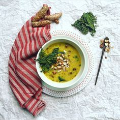 Zuppa del giorno!  Broccolo romano, nocciole tostate, curcuma e orzo.   Soup of the day!  Roman broccoli, toasted hazelnuts, turmeric and barley. #ecruroma #raw #vegan #roma #eatclean #mangiasano #foodphotography #plantbased #healthychoices #eatgreen #romacentro #rawvegan #organicfood