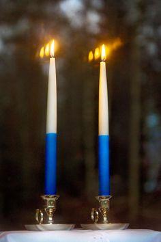 Kahta sinivalkoista kynttilää poltetaan itsenäisyyspäivän iltana. Candels, Independence Day, Finland, Backdrops, Winter, Products, Historia, Winter Time, Diwali