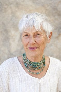 Pretty Senior Woman I love everything about this picture! Beautiful hair, beautiful weathering of he Silver Grey Hair, White Hair, Gray Hair, Wise Women, Old Women, Silver Haired Beauties, Beautiful Old Woman, Pretty Woman, Corte Y Color