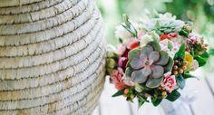 Buquê com suculentas e flores coloridas! Boa opção para noivas românticas e casamentos na praia. (Foto: The Kreulichs) #bouquet #noiva #bride #flowers