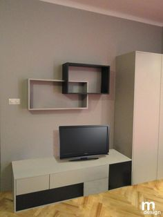 Modułowe półki w salonie