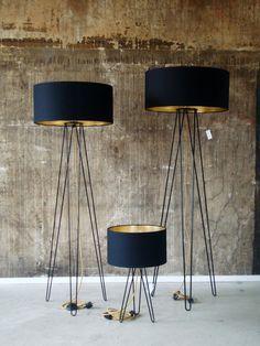 Die Hairpin Familie von Lukkizzi ist erhältlich als Tischlampe sowie als Stehlampe in large und extra large und in den Farben Anthrazit, Schwarz und Weiß.Mehr über Designerleuchten mit goldenen Innenseiten in unserem Blog #Design #Leuchten #Lampe