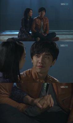 """Llega la noche y Dae Woong y Mi Ho se quedan en el gimnasio. Dae Woong: """"Aquí, cuando vi por primera vez tus colas estaba muy asustado"""". Mi Ho: """"Al principio, ¿de verdad era tan atemorizante?"""". Dae Woong: """"Sí. Estaba muy asustado. Pero comparado a entonces ahora estoy 100 veces más asustado"""". Ella le cubre los ojos - My Girlfriend is a Gumiho, Episodio 16"""