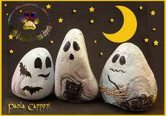 Il sasso nel Pozzo blog: Fantasmi Halloween Rocks, Halloween Food For Party, Halloween Crafts, Halloween Decorations, Pebble Painting, Pebble Art, Rock Painting, Pebble Stone, Marble Stones