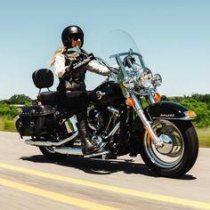 Feliz Dia do Motociclista! Harley-Davidson Heritage Softail Classic 2016 Modelo com inspiração nas clássicas HD tem motor 1.7 High Output Twin Cam 103B refrigerado a ar com 132 Nm de torque e transmissão automática de seis velocidades. No Brasil custa a partir de R$ 741 mil.  Born to be wild racers!  #CarroEsporteClube #HarleyDavidson #Harley #heritage #classicbiks #borntobewild