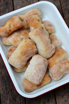 Was wäre so ein schönes Sonntags Frühstück ohne selbst gebackene Brötchen? Noch leicht lauwarm, nur mit etwas Butter und Marmelade bestrichen sind sie einfach herrlich. Ich stelle Euch heute ein…