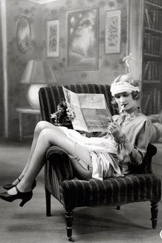 Femme lisant le journal - 1920