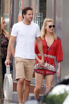 Margot Robbie and boyfriend pack on the PDA in Toronto #dailymail