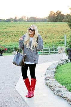 Favorite Casual Fall Looks - Cort In Session Source by LinNeimanth rainboot outfit Red Hunter Boots, Red Rain Boots, Hunter Boots Outfit, Hunter Boots Fashion, Snow Boots, Fall Winter Outfits, Autumn Winter Fashion, Winter Clothes, Winter Style