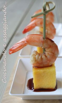 Mango and shrimp appetizers with Balsamic Vinegar - tapas :) Finger Food Appetizers, Appetizers For Party, Finger Foods, Appetizer Recipes, Shrimp Appetizers, Good Food, Yummy Food, Appetisers, Creative Food