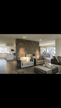 Warme sfeer en gave muur. Lederen wandbekleding aan wand in woonkamer (van tv kamer). Ook opstelling met fauteuils vind ik mooi.