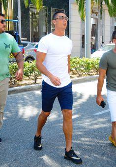 Cristiano Ronaldo Photos - Cristiano Ronaldo is seen in Beverly Hills on July 26, 2016. - Cristiano Ronaldo Goes Shopping