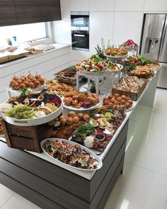 Pin by adrienne fagan on catering ideas in 2019 кейтеринг, ф Party Food Buffet, Party Food Platters, Dinner Buffet Ideas, Dinner Table, Wedding Buffet Food, Wedding Catering, Mise En Place Buffet, Buffet Set Up, Buffet Tables