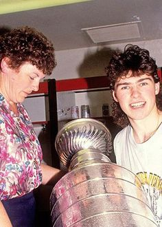 Jagr and his mom Anna in 1991.