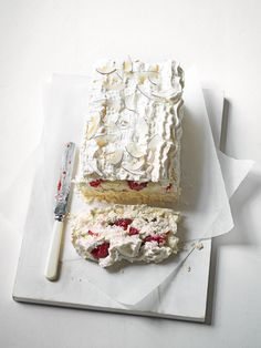 What's better than a meringue pie? We don't know, but this meringue slice sure is delicious! Swap traditional lemon for raspberry and lime…going to veganise this one Sweet Recipes, Cake Recipes, Dessert Recipes, Pie Dessert, No Bake Desserts, Just Desserts, Meringue Cake, Meringue Roulade, Raspberry Meringue