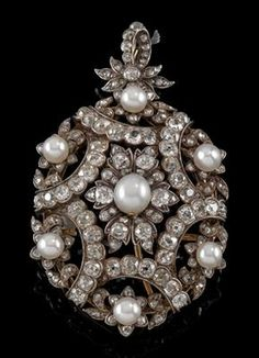A cultured pearl and diamond pendant total weight c. 6.50 ct. gold 580, silver 800, old-cut diamonds, diamond rhombs, workmanship c. 1900, 22.2 g also wearable as a brooch