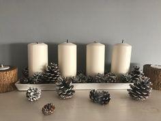 ...pedig milyen jó is lenne. Amint kicsit hidegebb lesz, én már a Karácsonyt várom. Tervezgetem a dekorációt, az azévi képeslapot, az ajándékokat. Aztán eljön a Karácsony, teljes happiness 2 hétig, de utána jön Vízkereszt, fabontás és nem hogy egycsapásra tavasz lenne, de általában még hidegebb is… Pine Cone Christmas Decorations, Pine Cones, Pillar Candles, Diy, Bricolage, Do It Yourself, Homemade, Pine Cone, Diys
