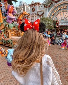 """TRAVEL✈️ INSPO 🧡 FASHION on Instagram: """"СКОЛЬКО СТОИТ ПОЕЗДКА В DISNEYLAND?💰 P.s. Скорей смотрите сторис пока не исчезли 😍 ⠀ Непередаваемые ощущения детского восторга влетят в…"""" Viaje A Disney World, Disney World Trip, Disney Vacations, Disney Trips, Walt Disney, Disney Day, Disneyland Paris, Disneyland Photos, Manon Et Anais"""