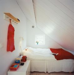 a tiny room that looks oh-so-comfortable