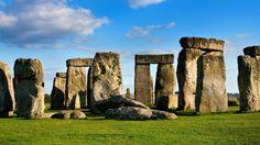 Stonehenge terletak di dataran Salisbury di kota Wiltshire, Inggris. Monumen batu ini sendiri adalah koleksi batu kuno misterius, disusun ke dalam suatu struktur buatan manusia yang diyakini telah berumur sekitar 5000 tahun.