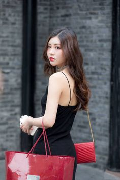 微博 Street Girl, Street Style, Sexy Asian Girls, Fashion Shoot, Dress Skirt, Louis Vuitton, Tote Bag, Bags, Beauty