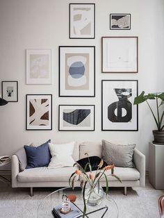 Dormitor la mezanin, deasupra bucătăriei, într-un loft 70 m² Scandinavian Loft, Scandinavian Wall Decor, Blue Wall Colors, Industrial Wall Art, Dark Blue Walls, Duplex, Arched Windows, Small Apartments, Frames On Wall
