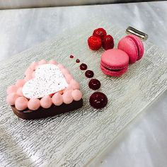 Dessert presentation by Pastry Chef Antonio Bachour on… Valentine Desserts, Valentine Cake, Cute Desserts, Valentines, Pastry Art, Pastry Chef, Sweet Cafe, Hotel Food, Chocolate Gifts