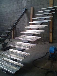 escalier limon acier et marches alu strié