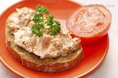 Domácí játrová paštika Salmon Burgers, Bagel, A Table, Cooking Recipes, Bread, Chicken, Ethnic Recipes, Food, 30
