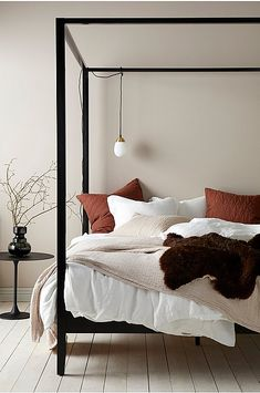 14 Fabulous Rustic Chic Bedroom Design and Decor Ideas to Make Your Space Special - The Trending House Small Room Bedroom, Room Decor Bedroom, Home Bedroom, Master Bedroom, Bedroom Carpet, Decoration Bedroom, Beautiful Bedrooms, Interior Design, Furniture