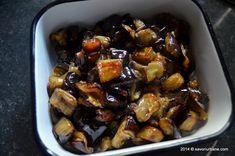 Vinete la cuptor cu mujdei de usturoi. Vinetele se pot prepara in multe feluri, nu doar sub forma de salata de vinete. Imi place sa le folosesc in feluri