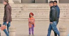 Pasan por delante de una niña perdida e indefensa. Ahora observa cuando va bien vestida #viral