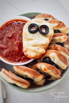 Everyone in the family will love these spooky mini mummy pizzas! They are super fun to make and even more fun to eat! Family Fresh Meals, Easy Family Dinners, Quick Easy Meals, Family Recipes, Baking Recipes, Pizza Recipes, Dinner Recipes, Pinterest Recipes, Love Food