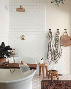 Bayview Scheunenhaus - home & interior inspiration - Paper Craft Bad Inspiration, Bathroom Inspiration, Home Decor Inspiration, Decor Ideas, Home Interior, Bathroom Interior, Interior Design, Bathroom Grey, Bathroom Bath