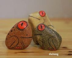 I really love these frogs! Pebble Painting, Pebble Art, Stone Painting, Rock Painting, Stone Crafts, Rock Crafts, Arts And Crafts, Caillou Roche, Art Rupestre