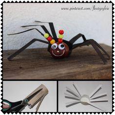Bricolage Halloween enfant : araignée avec un rouleau papier WC, un marron, 2 cure-dents et des perles en bois pour les antennes! http://pinterest.com/fleurysylvie/mes-creas-pour-les-kids/