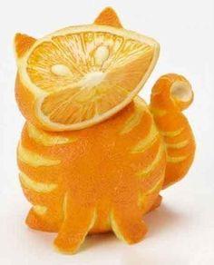 un gato naranja