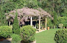 Foi em homenagem a Burle Marx que o paisagista Roberto Riscala escolheu a congeia para cobrir a pérgola de eucalipto neste jardim em Itu, interior de São Paulo. O efeito deslumbrante dura por aproximadamente quatros meses, do início do inverno à primavera